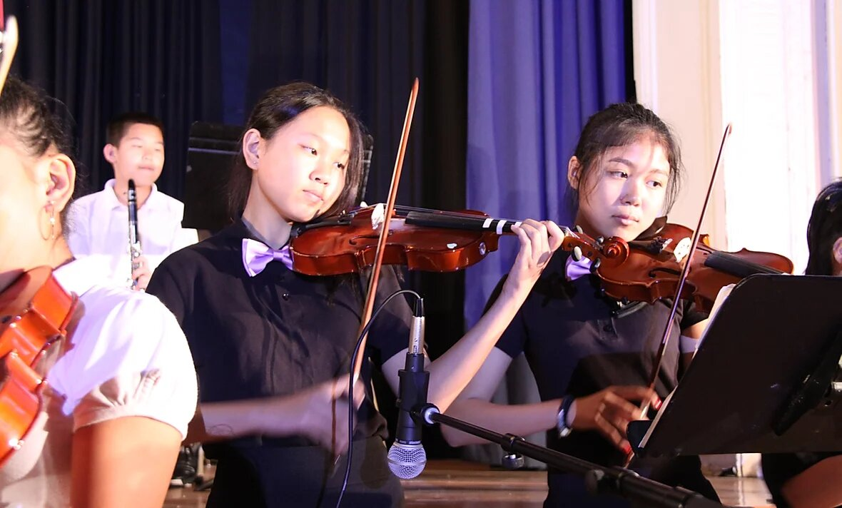 Rachel and Lucy of 8AL playing violin